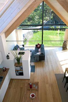 WOW - HER VAR DET FULL OVERSIKT: Fra hemsen ser vi at stuen er det sentrale rommet i huset. Lette gardiner skjermer for innsyn og stikkende sol.