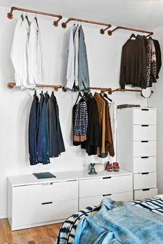 des barres qui se fixent au mur pour la suspension des cintres, meuble rangement blanc types casiers, meubles modulables en blanc, solutions rangement gain de place