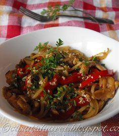 Paste cu pui, sos de soia si susan – asian style via Asian Recipes, Healthy Recipes, Ethnic Recipes, Recipe Maker, Asian Style, Weeknight Meals, Guacamole, Spaghetti, Dinner Recipes