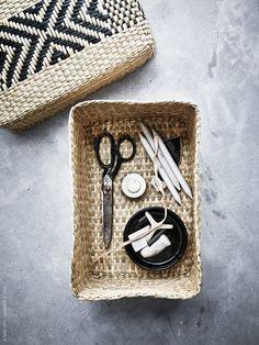Utöver glas och keramik, är bambu och andra naturfiber material som kännetecknar VIKTIGT. VIKTIGT korg med lock.