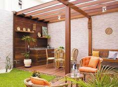 Opergolado de madeiratem se tornado cada vez mais popular nas residências brasileiras. Ele nada mais é do que uma estrutura fixa, construída com materiais resistentes em jardins e quintais, a fim de criar uma deliciosa sombra.