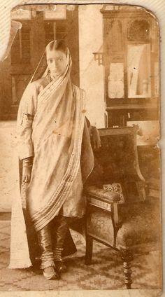 Portrait of Azizunisa Begum - Aziz Bagh, Hyderabad, Deccan Vintage Photographs, Vintage Photos, Vintage Portrait, Margaret Bourke White, Vintage India, Old Photography, British Colonial, Vintage Glamour, Female Portrait