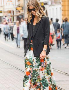 Blazer and long printed skirt Floral Skirt Outfits, Long Skirt Outfits, Blazer Outfits, Casual Outfits, Fashion Outfits, Long Floral Skirts, Street Looks, Street Style, Look Blazer