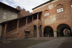 """Il Broletto di Novara è un complesso architettonico medioevale costituito da quattro edifici storici sorti in epoche diverse, con stili artistici differenti e non coerenti tra loro, disposti a quadrilatero attorno ad un cortile (o """"Arengo"""") centrale. Si trova nel centro città a pochi passi dal Duomo."""