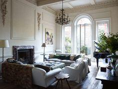 Il meraviglioso living con l'angolo divani attorno al camino in marmo