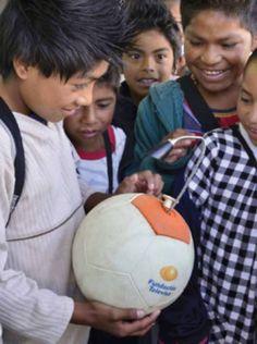 Bolaluz es otro proyecto que estamos apoyando. Este programa busca aumentar la calidad de vida de los habitantes de zonas rurales que no cuentan con energía eléctrica.   Ellos cuentan con nosotros. Dona al proyecto.  ¡Recuerda, si donas más de $790 puedes adquirir un balón #MásQueUnBalón!