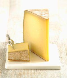 Comté es el verdadero amo y señor de los quesos. Porque es el primer queso en obtener la prestigiosa marca de calidad AOC, porque tiene historia (Plinio el viejo ya hablaba de él), porque procede de vacas de la raza Montbéliarde, cada una de las cuales dispone de al menos una hectárea para pastar y porque, en fin, está cojonudo. (Localización: Franco
