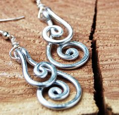 Hand-formed out of aluminum wire, hammered and polished! These classic earrings are both eye-catching and lightweight! Aluminum Wire Jewelry, Copper Jewelry, Bling Jewelry, Jewelry Rings, Jewelry Ideas, 10th Wedding Anniversary Gift, Anniversary Ideas, Wire Earrings, Beading Tutorials