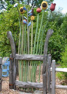 Träblommor spirar på grinden