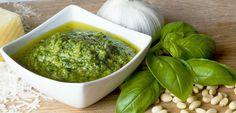 Veja aqui como preparar um delicioso molho pesto italiano a partir de ingredientes naturais e saudáveis. Aproveite os benefícios do manjericão!
