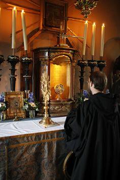 Broeder Hugo haalt het Allerheiligste uit het tabernakel Small Towns, Dutch, Catholic, Explore, Dutch People, Dutch Language, Exploring, Roman Catholic