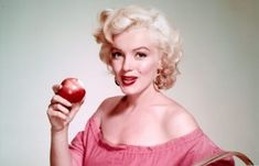 29 Shocking Marilyn Monroe Facts - Everything Audrey Hepburn Jfk And Marilyn, Marilyn Monroe Fotos, Make A Girl Laugh, Earl Moran, Gentlemen Prefer Blondes, Beauty Spa, Rhinoplasty, Pictures Images, Professional Photographer