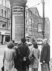 Berlin 1943 Litfass-saeule mit Richtlinien u.Hinweisen fuer das Verhalten bei Luftangriffen