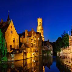 Venetië in het klein. Grachten, historische gebouwen, afgewisseld met kronkelende steegjes, scheve straatjes en sierlijke verlichting...