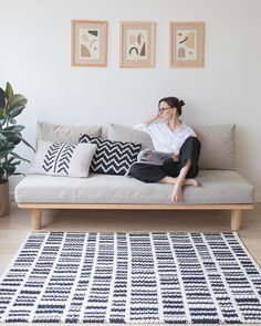 Black and White Crochet Rug Pattern, Scandinavian Rug Design by BelkinHome – Wooden Sofa Designs Living Room Sofa, Living Room Decor, Bedroom Decor, Futon Bedroom, Bedroom Sets, Minimalist Furniture, Minimalist Living, Modern Living, Small Living