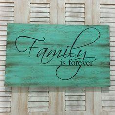 Placa FAMILY IS FOREVER <br> <br>Linda placa decorativa para sua casa. Decore com muita criatividade, exclusividade e originalidade. <br> <br>Placa em Pinus, pintada e montada artesanalmente com produtos importados. Pintura envelhecida, imitando madeira de demolição. <br> <br>Linda opção como presente. <br> <br>Placa medindo 30x50cm. <br> <br>Peça única a pronta entrega.