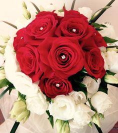 Bouquet rose rosse e lisianthus bianco con Swarovski....