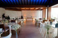 Um ambiente clean e sofisticado é perfeito para aqueles que preferem cerimônias mais tradicionais.