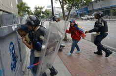 Joven grita desesperadamente. Trata de impedir la brutal represión al estudiante por parte de la PNB pic.twitter.com/8jkgnG831I