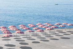 Fascinado pela costa litorânea de Genebra, o fotógrafo alemão Niels Schubert imortaliza, nestes quadros, alguns momentos íntimos da vida privada das praias italianas. É na vida típica italiana e na…