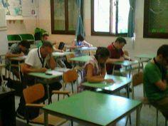 alcuni studenti alle prese col test di teoria