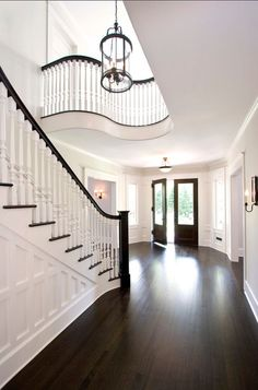 Benjamin Moore White Paint Color. Benjamin Moore Atrium White PM-13 #AtriumWhite #BenjaminMoore #Whitepaintcolor | Home & Architecture | InteriorDesignPro