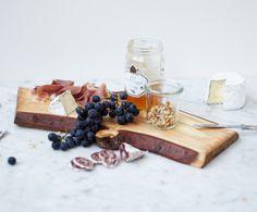 Tagliere di salumi e formaggi, con uva, noci e #miele #biologico millefiori.