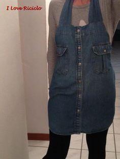 DIY apron from denim shirt // grembiule da camicia jeans Denim Pants, Denim Shirt, Jean Apron, Only Jeans, Sewing Aprons, Half Apron, Aprons Vintage, Shirt Refashion, Clothes Crafts