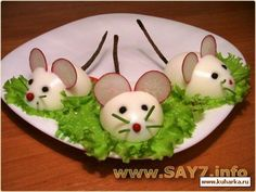 :O presentacion-original-ratones-huevo-duro. Food Art For Kids, Cooking With Kids, Cute Food, Good Food, Yummy Food, Creative Food Art, Food Carving, Breakfast Plate, Food Garnishes