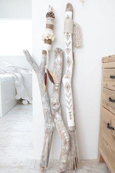 DIY bohemian ethnic interior objects with driftwood . - DIY bohemian ethnic interior objects with driftwood . Pot Mason Diy, Mason Jar Crafts, Diy Casa, Driftwood Crafts, Painted Driftwood, Driftwood Ideas, Painted Sticks, Diy Décoration, Diy Home Decor
