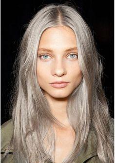 Si lo usas suelto con poco maquillaje: | 17 Fotos que te darán ganas de teñirte el pelo de gris