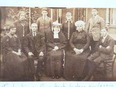 Tante Sjo en Ome Koob Thomassen uit Rijen met hun dochter die geprofest werd die dag 1926. Zij draagt het bruidskroontje, tante Sjo de krans. met dubbele muts.