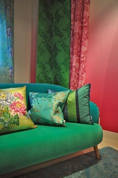 Designers Guild Gordijnen, Kussens en Sofa Could totally have this in my living room. Tricia Guild, My Living Room, Home And Living, Deco Boheme Chic, Balloon Curtains, Vert Turquoise, Green Home Decor, Interior Decorating, Interior Design