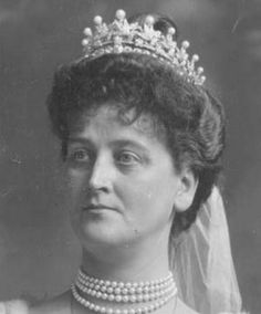 A close up of Elizabeth, Marchioness of Ormonde, wearing a diamond and natual pearl bell epoque tiara. Designed as layers of wreaths with many button pearls adorning it. 1902