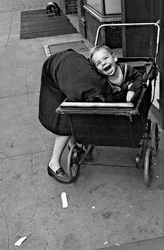 baby carriage - New York Helen Levitt photo, 1942 Walker Evans, Lower East Side, Edward Steichen, Henri Cartier Bresson, Photo Vintage, Vintage Photos, Vintage Photography, Street Photography, Classic Photography