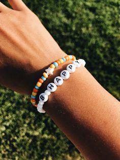 beaded bracelets words Perle Broderie - perles dart et bijoux Pony Bead Bracelets, Kandi Bracelets, Summer Bracelets, Cute Bracelets, Beaded Friendship Bracelets, Gold Bracelets, Diamond Earrings, Macrame Bracelets, Ankle Bracelets