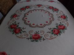 Dmc Cross Stitch, Cross Stitch Flowers, Cross Stitch Patterns, Table Linens, Embroidery Stitches, Crochet Baby, Cross Stitch Rose, Quilt Cover, Cross Stitch Embroidery