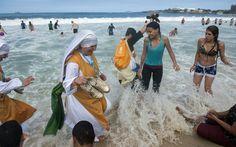 28/7 - Freiras e peregrinos aproveitam a praia de Copacabana depois da missa