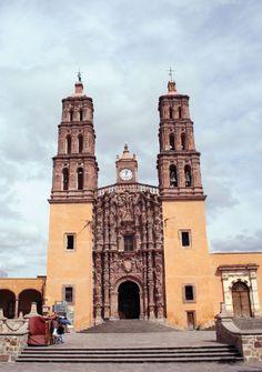 Un viaje al corazón de la historia mexicana, a un pequeño pueblo colonial lleno de símbolos y significados: Dolores Hidalgo, Guanajuato, cuna de la Independencia de México. http://www.mexicanisimo.com.mx/la-cuna-de-la-independencia/#header