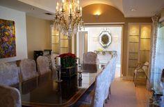 Традиционная для рококо люстра с хрустальными подвесками и лампочками в виде…