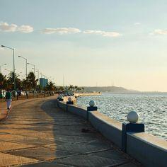A walk along the Malecon in #Campeche when the sun begins to go down in the Gulf of Mexico! La vastità e la bellezza del Malecon sono tra le cose che ricordo con piacere di Campeche come anche il suo centro storico racchiuso tra i baluartes che oggi ospitano musei e attrazioni da visitare oppure i suoi mercati ricchi di colore e musica che richiami le antiche atmosfere coloniali. Ma tutti durante la giornata si concedono due passi lungo il Malecon per osservare l'oceano un via vai continuo…