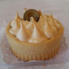 Mini tarta rellena de brigadeiro de limón y merengue Frances.