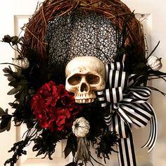 Scary Halloween Wreath, Fete Halloween, Scary Halloween Decorations, Outdoor Halloween, Halloween Skull, Halloween House, Spirit Halloween, Holidays Halloween, Halloween Crafts
