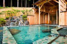 つなぎ温泉:岩手県盛岡市にある温泉で、11世紀に源義家が穴の空いた石(つなぎ石)に愛馬を繋いで入浴したことに由来する