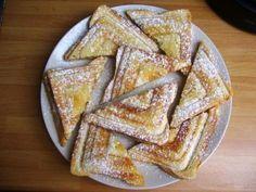Na plátek toastového chleba dáme plátky jablíčka, posypeme skořicovým cukrem a přiklopíme druhým plá...