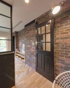 ブルックリンスタイル。 暮らしを楽しむ家。 ブリックタイルがアクセント。 ブリックタイルも色んな色がありそのお家に合わせてコーディネート。 お洒落なカフェで飲むコーヒーは美味しさも二割り増し。 同じようにお洒落な家で飲むコーヒーも二割り増し。 お洒落な空間は人を豊かにします。 Divider, Garage Doors, Outdoor Decor, Room, House, Furniture, Instagram, Home Decor, Bedroom