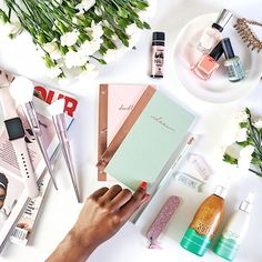 Flatlay inspiration | Flowers and beauty products