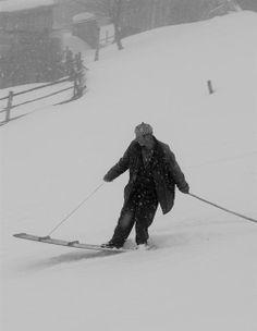 Vergeet snowboard-Godfathers als Sherman Poppen, Jake Burton en Tom Sims. In Oost-Turkse bergdorpen doen ze al zo'n 400 jaar aan 'lazboarding'. Meer dan een stuk hout en een touwtje hebben ze niet nodig. Op de foto leert de ruim 70-jarige Celime ons een lesje!