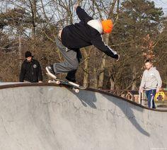Efter en tur hos min far på Østerbro, -slog jeg et smut indenom CPH skatepark i fælledparken. Den nye betonpark blev indviet i 2011,  og jeg har desværre ikke set nærmere på den førend nu. Da jeg var dreng, skatede jeg også. Dengang var det en helt ny dille fra USA, så selvf. var det noget vi unger tog til os. Man kunne dengang stort set ikke købe skateboards.. #Skateboard #Skatepark