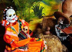 Calaveras en bailongo. Un desfile de esqueletos vestidos de etiqueta, pan de muerto y alegría en el cementerio para celebrar en México el reencuentro con las ánimas el próximo dos de noviembre.